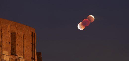 La Luna in eclissi e Marte sfilano sul Colosseo e sull'Arco di Costantino