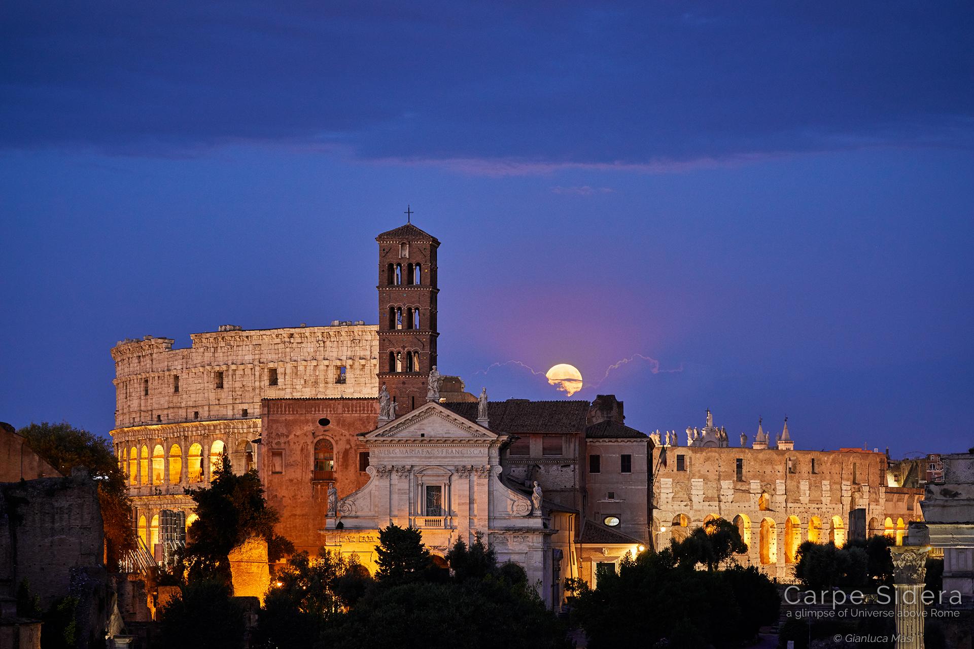 La Luna piena sorge alle spalle del Colosseo