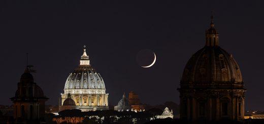 Un'affilata falce di Luna tramonta dietro la Cupola di S. Pietro.