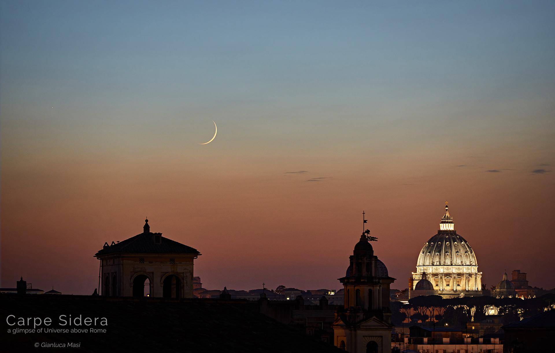 Un'affilata falce di Luna e il pianeta Mercurio si librano su Roma al tramonto