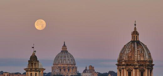 La Superluna tramonta accanto alla Cupola di San Pietro, all'alba