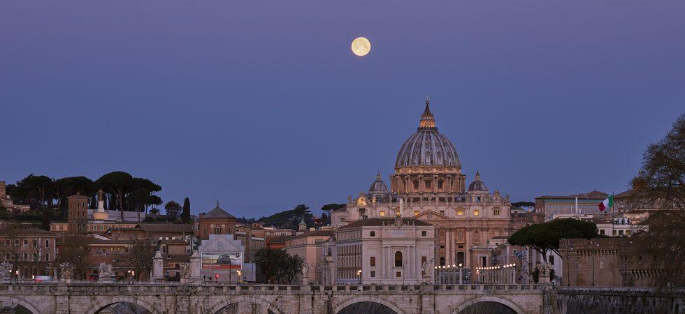 La Superluna di primavera tramonta accanto alla Cupola di San Pietro, all'alba. -21 marzo 2019