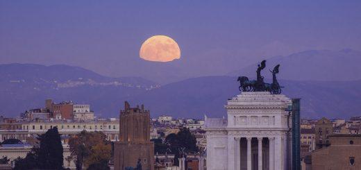 La Superluna sorge accanto all'Altare della Patria - 13 dicembre 2016