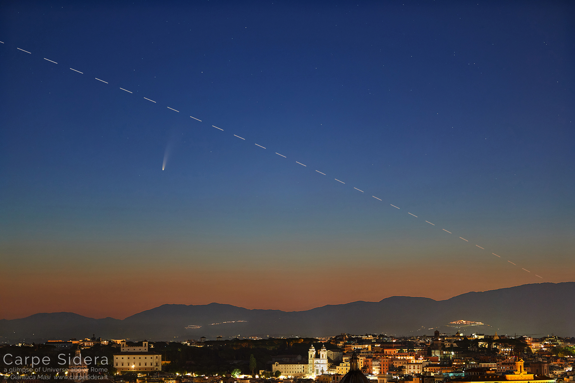 La cometa C/2020 F3 NEOWISE e la Stazione Spaziale Internazionale (ISS) brillano su Roma.