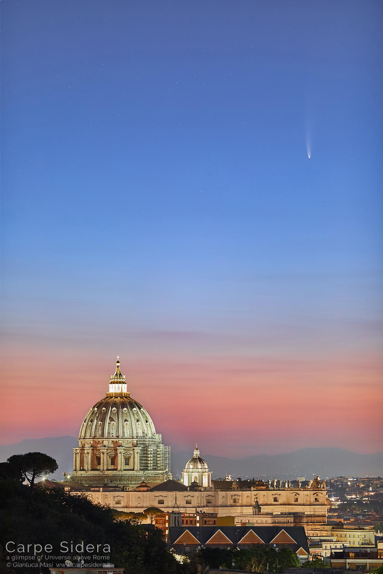 La cometa C/2020 F3 NEOWISE sospesa sulla Cupola di S. Pietro, all'alba.