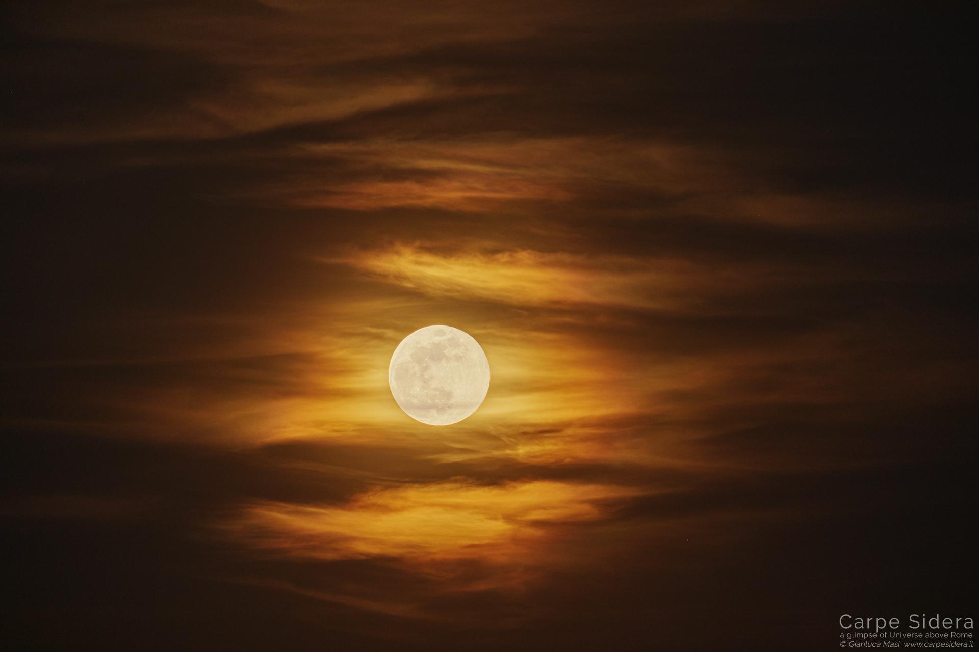 La Luna piena nel cielo di Roma.