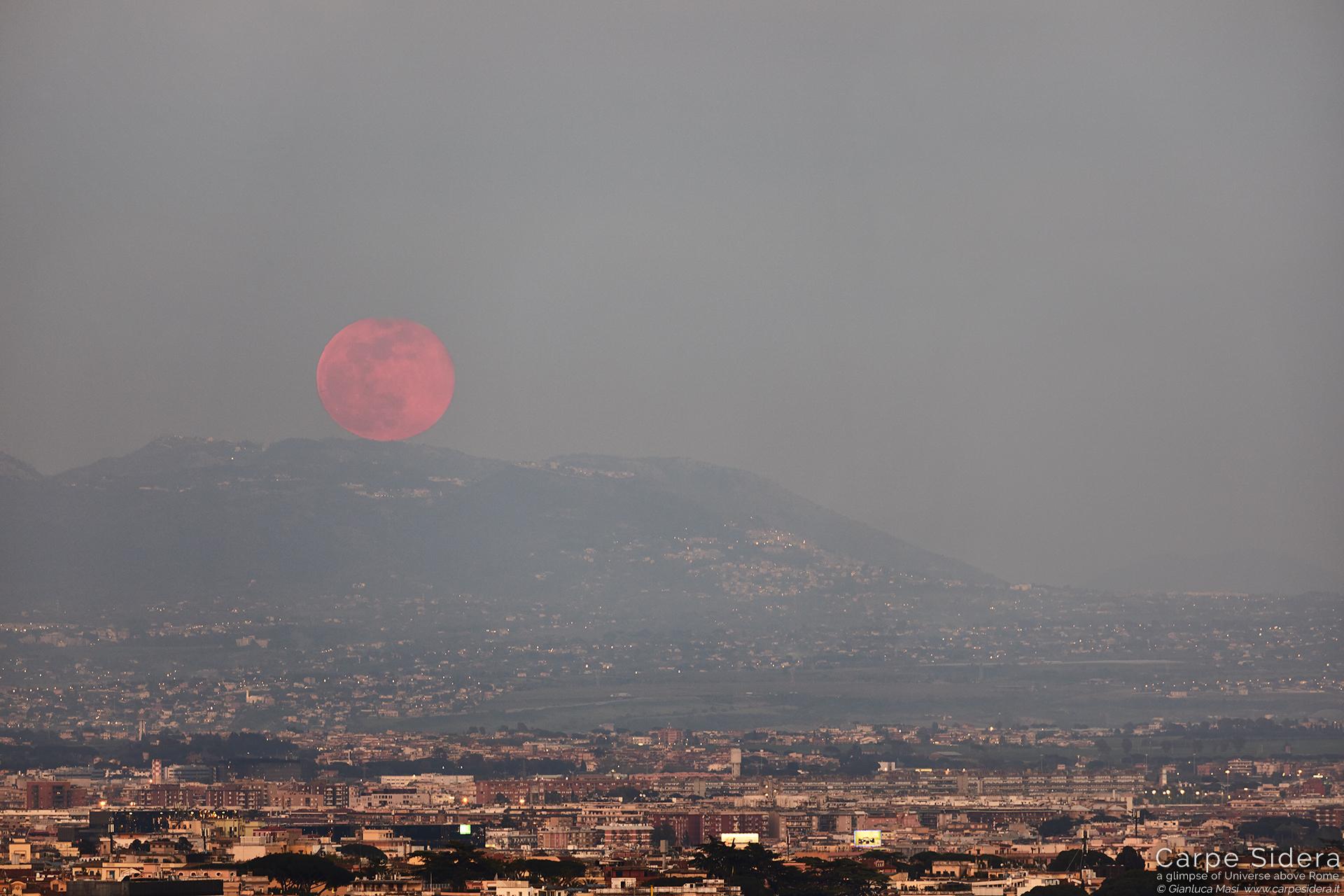La Luna piena sorge sulla Città Eterna
