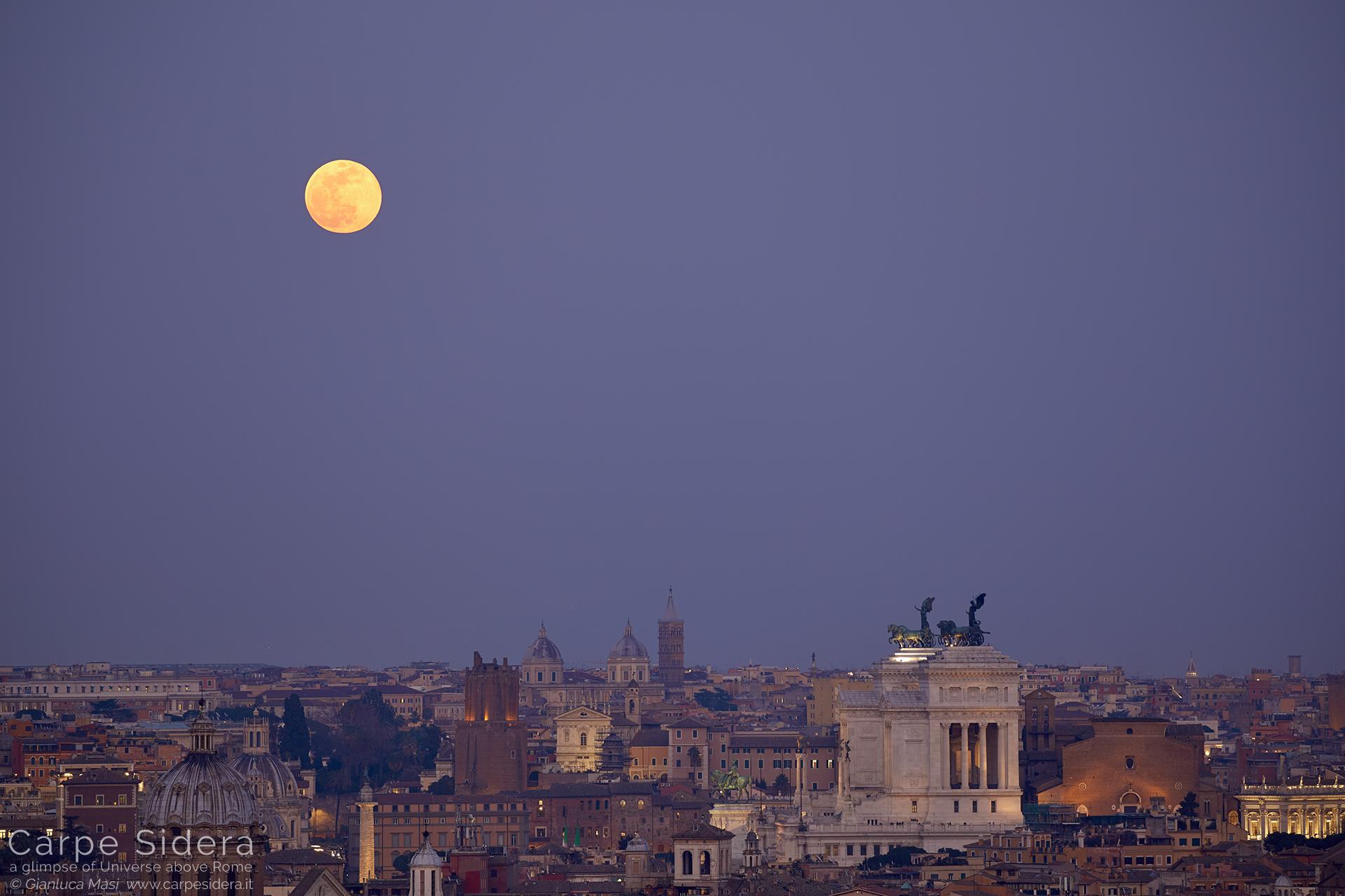 """La """"Superluna"""" si leva su Roma, al tramonto."""
