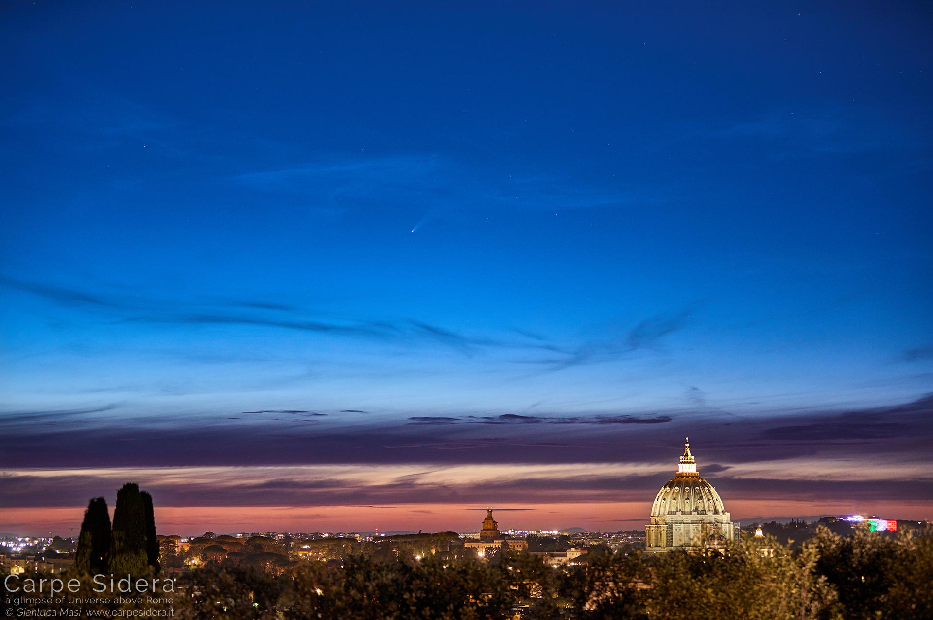 La cometa C/2020 F3 NEOWISE tramonta su Roma..